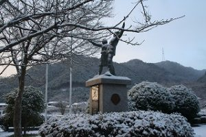 冬の校庭の写真