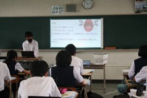 プレゼンする生徒の写真